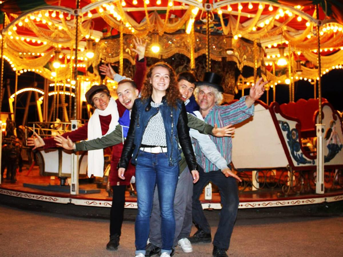 Historischer Jahrmarkt und Theater, Stuttgart - Team, Familie vor Karussell