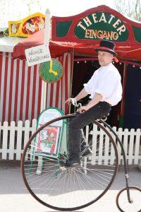 Zelteingang, Uwe Kircher, historisches Fahrrad, Theater