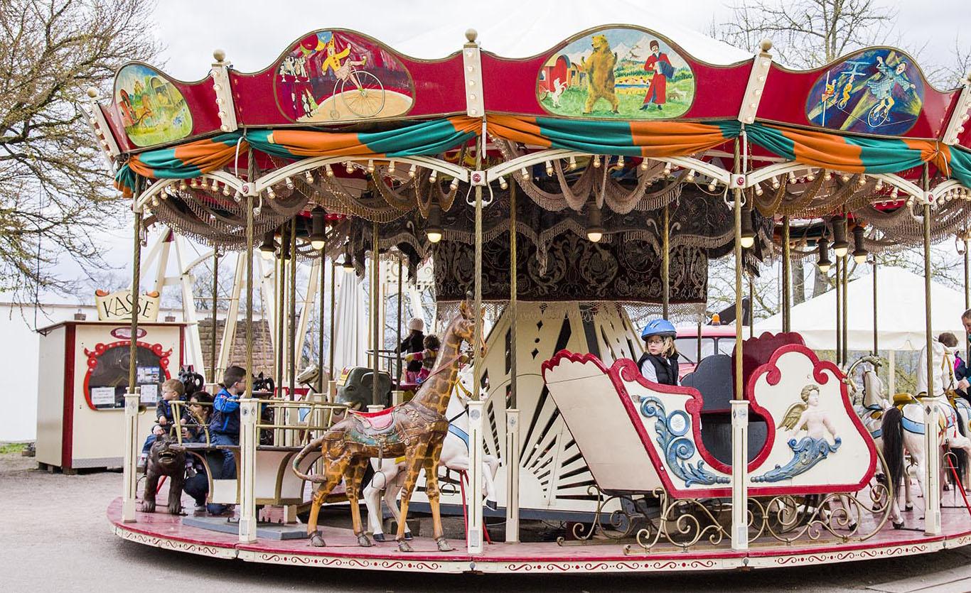 Exklusive Fahrgeschäfte, Schiffschaukel, Attraktionen für Kinder, Karussell, Volksfest, Rummel, Wasen, Schausteller, Stuttgart